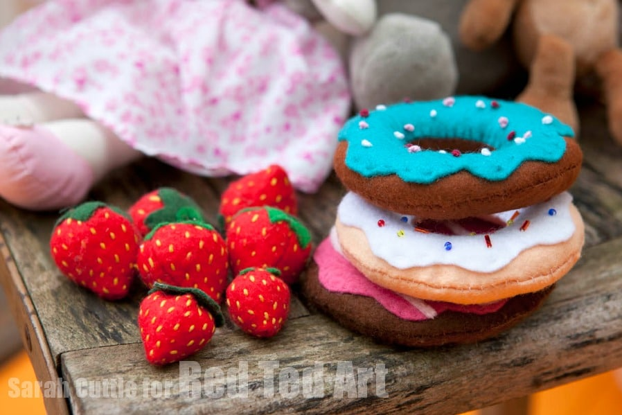 felt food how to - How to make felt strawberries - these are super quick and easy! Love this Strawberry DIY. A great little addition for a Toy Kitchen