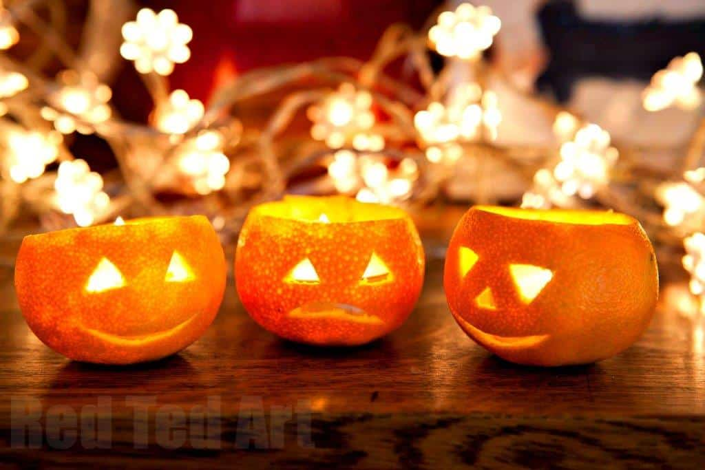 For for Halloween - don't have space for a big bad pumpkin? Fear not.. check out these adorable orange or clementine jack olanterns.. the kids get to eat a portion of fruit AND get crafty! LOVE.