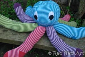 From kids's old tights to an (almost no sew) Octopus Plushie. This is an adorable DIY Keepsake made from upcycled tights. So cute. Just lovely.