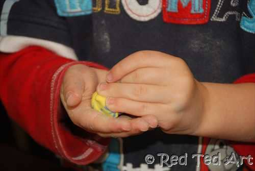 Salt Dough Beads for Kids. We love working with salt dough, it is inexpensive and versatile. Here we show you how to make Salt to Beads with preschoolers. Great to wear, great as gifts and also counting activities #saltdough #reschool #diybeads