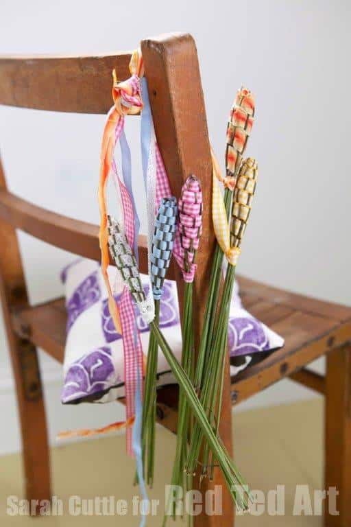 "Lavender Wands - we adore this traditional Summer Craft. Turn your lavender into gorgeous Lavender wands. Great as gifts, decoration or ""fairy wands"" for the kids! Beautiful Lavender DIY idea!"