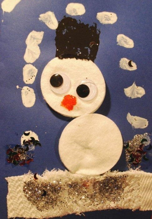 snowman card kids - super simple but oh so cute snowman card for prescholers to make! How darling is this little guys? #snowman #snowmen #christmas #christmascards #preschool #toddler