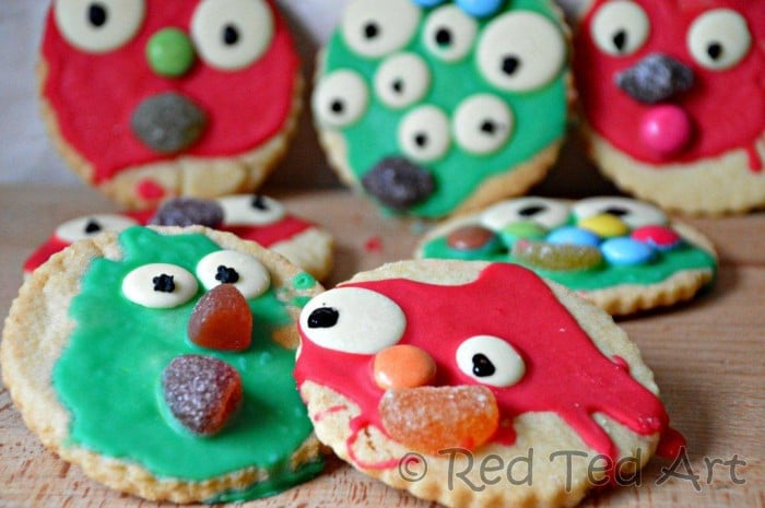 *Easy Monster Cookies for Preschoolers* Easy and fun Monster Cookies to bake with your preschooler or toddler this Halloween. Quirky, fun and oh so easy (and tasty!! Teehee). The perfect Halloween Cookies for Toddlers! #halloween #cookies #preschool #toddler