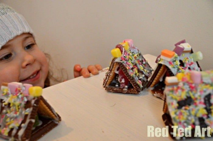 No Bake Gingerbread Houses Ideas. This mini Gingerbread house not only are super duper cute, but they are also super fun to make. We love that they are NO BAKE Gingerbread Houses... tasty, cute and sweet. Perfect as an Advent activity or for a Christmassy playdate! #Nobake #nobakegingerbreadhouse #gingerbreadhouseideas #gingerbreadhouse #minigingerbreadhouse #gingerbreadhouseactivities #advent #adventideas