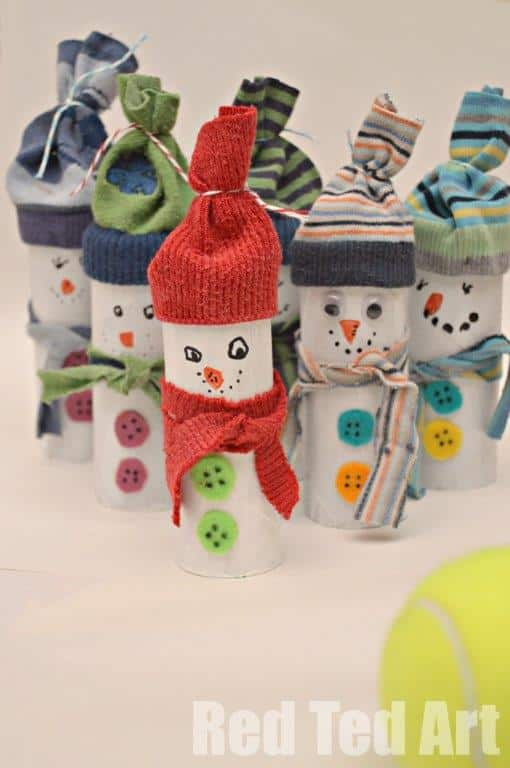 Oh these guys crack me up - a fun game of Snowman Bowling (add numbers to the backs and you can incorporate some counting and adding practice) made from old socks and tp rolls! Just brilliant. #snowman #snowmancraft #snowmen #tprollsnowamn #snowmangames #snowday