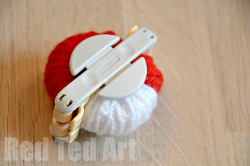 How to use a pompom maker
