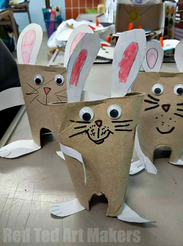 Quick Toilet Paper Bunny Craft for Easter. Love these cutes recycled bunny craft for preschool and school!! #easter #bunny #preschool #toiletpaperroll