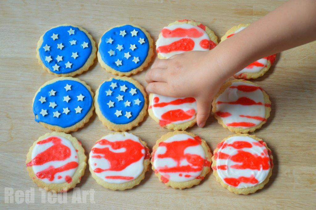 East Patriotic Cookies - 4th July Easy Cookie Decorating. Easy 4th July Cookies for Kids to make - use store bought cookies or use our #EggFree Shortbread recipe. Super fun and easy Patriotic Cookies #americanflag #patriotic #4thjuly #july4th #forkids #forpreschool
