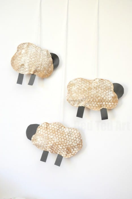 Cute Spring Sheep Craft Mobile for Preschoolers - Bubble Wrap Crafts - easy Bubble Print Sheep Mobile Craft for Preschool. Make these Bubbel Wrap Puffy Sheep. #preschool #bubblewrap #printing #recycling #sheep #lamp #roomdecor