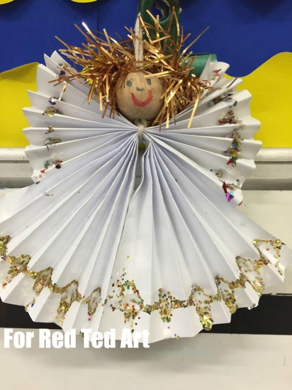 Adorable Paper Angel Craft - these are so cute and easy to make - by Andrea G. Paper Fan Angel Craft - these are adorable and can be made small for tree ornaments or BIG as Christmas Decorations for the wall #Angel #Angelornament #paperangel #angelcrafts #angelcraft #diyAngel