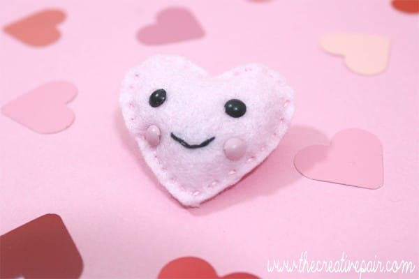 DIY Felt Heart - such an adorable little craft - turn it into a brooch, keychain or pocket friend. Such a cute beginners sewing project (4)