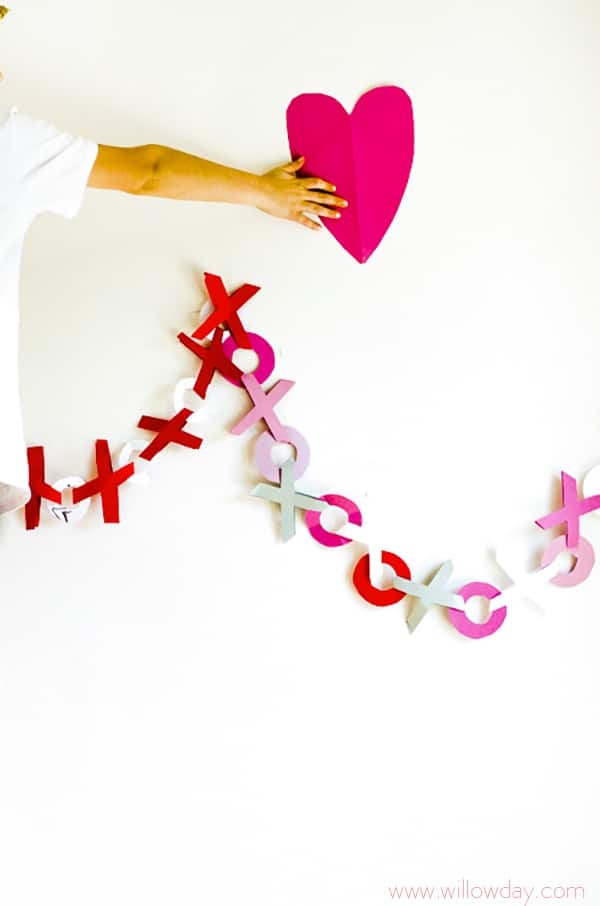 Valentines Garland hugs and kisses - an adorable paper garland for Valentine's Day