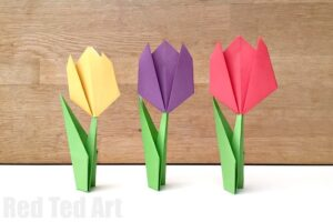 Realistic Paper Tulip Craft - learn how to make paper tulips for Spring and Mother's Day. Beautiful Paper Tulip Flower DIY. Love how gorgeous these are to make. We love Paper Spring Crafts #papercrafts #spring #paperflower #flower #tulip #papertulip