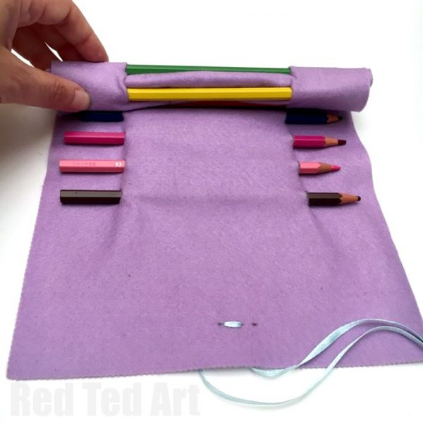 Easy Roll Up Pencil Case - no sew too! This is a super easy pencil case DIY, that can be used for make up brushes or crochet hooks too! Love that it is no sew and easily customisable
