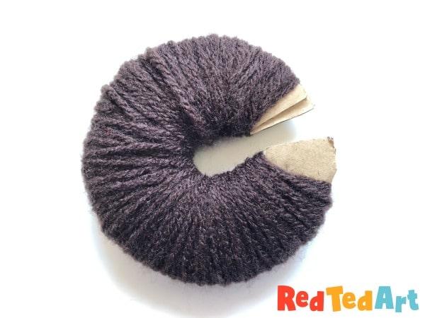 Warp the yarn for the pom pom