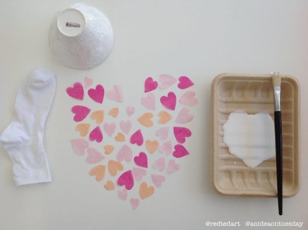 DIY Fabric Bowls - a super fun and cute fabric heart bowl idea to make for Valentines Day. They make great valentines decorations or valentines gifts!