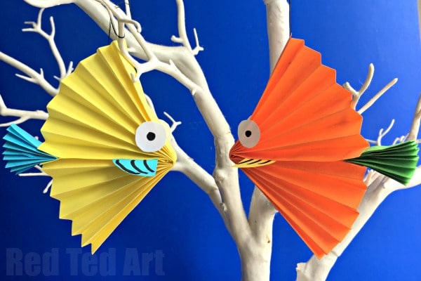 Paper Fan Fish Craft for kids - how to make a paper fish craft - this is such a cute and easy DIY Paper Fish for Kids to make. A lovely Summer Decoration and for under the sea study units. They make great DIY Greeting Cards too!