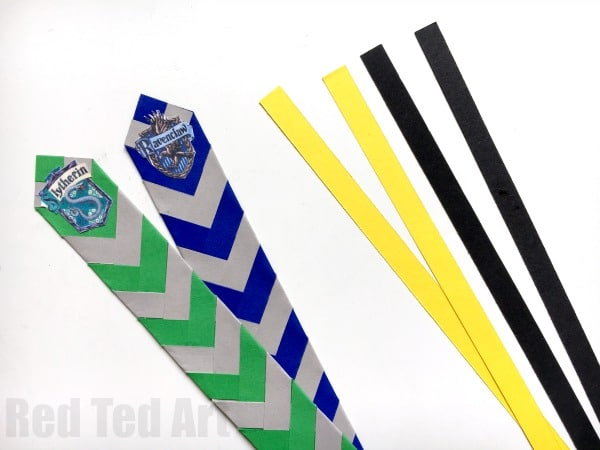 Wonderful Harry Potter Bookmarks. Love these awesome chevron house colour paper bookmarks, including free house badge printables. Perfect for all Harry Potter fans #Paper #bookmarks #HarryPotter #Crafts