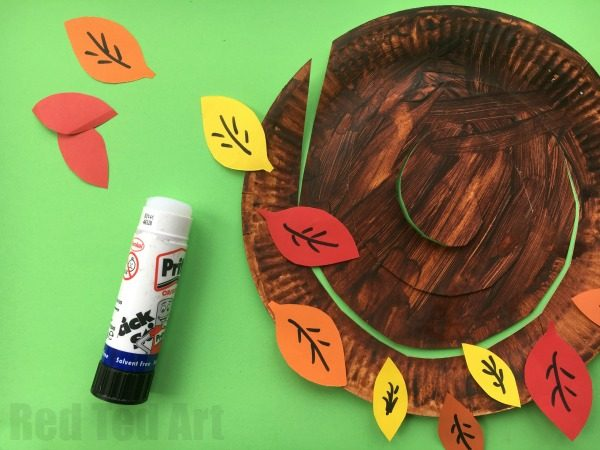 Autumn Tree Paper Plate Whirligigs - Whirlgigs are such a fun craft for preschoolers and a fabulous way to decorate the classroom or the home. Cute easy and fun. Love this Autumn Tree Paper Plate Whirligig... perfect for Thanksgiving too. #Autumn #paperplate #autumnpaperplate #autumntrees #paperplates #twirlers #whirligigs #AutumnWhirligigs #thankfulness #thankfulnesstree #fall #fallcrafts #preschoolers