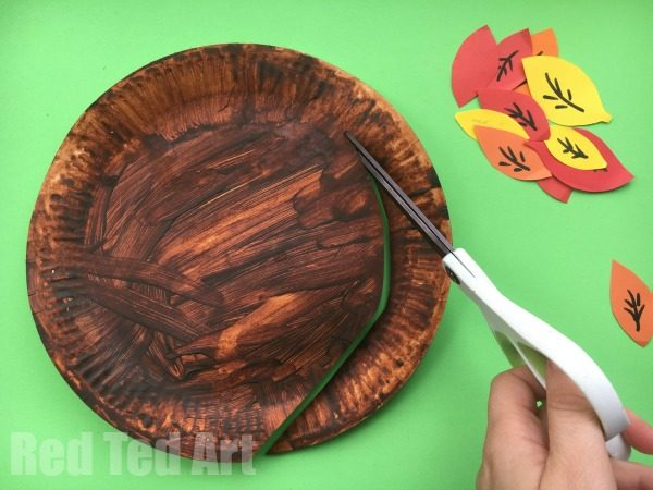 Autumn Tree Paper Plate Twirlers - Whirlgigs are such a fun craft for preschoolers and a fabulous way to decorate the classroom or the home. Cute easy and fun. Love this Autumn Tree Paper Plate Whirligig... perfect for Thanksgiving too.