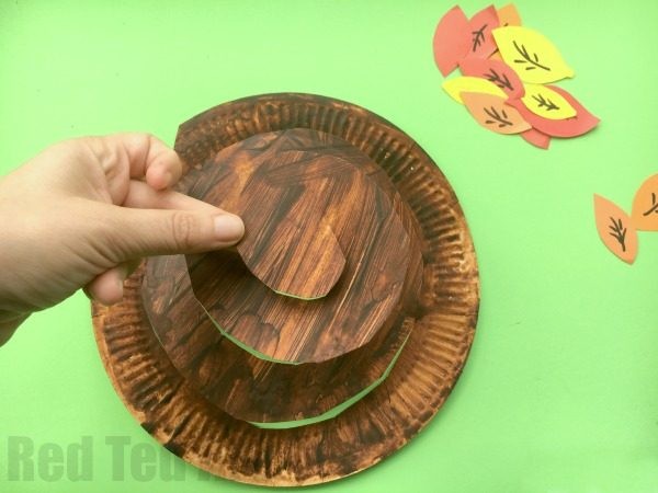 Autumn Tree Paper Plate Spinner Craft - Whirlgigs are such a fun craft for preschoolers and a fabulous way to decorate the classroom or the home. Cute easy and fun. Love this Autumn Tree Paper Plate Whirligig... perfect for Thanksgiving too.