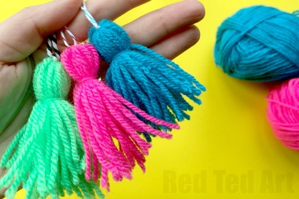 How to make a tassel  -  a quick and easy method for making a tassel with your fingers!