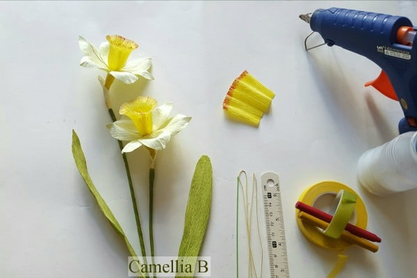 Realistic Paper Flowers DIY - learn how to make these stunning Paper Daffodils for Spring or Mother's Day. They would also be a great St David's Day DIY too. Beauftiul crepe flowers! #paperflowers #flowers #3dflowers #crepe papercrafts #mothersday #spring