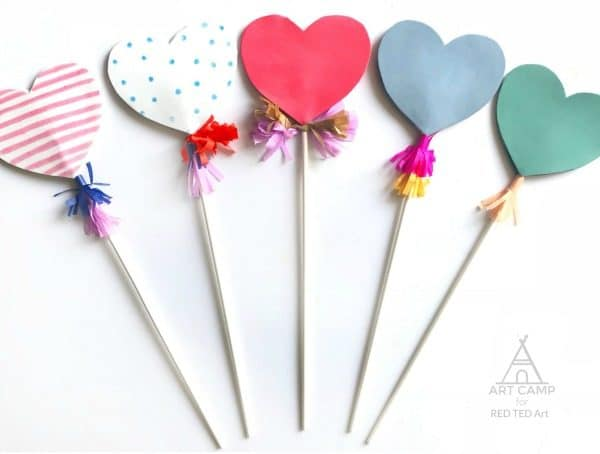 Heart Wand Kids' Valentines - cast a love spell this Valentine's Day with these cute Heart Wand Valentines!! Instead of giving a card to your class mates, give them one of these darling and easy heart wand valentines! #Valentines #valentinesday #heartwands #wands #lovespell #schoolvalentinescards