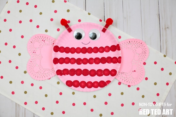 Adorable Love Bug Paper Plate Valentines for Preschoolers. These little Love Bugs or Bee Mine Paper Plate Valentines are easy to make and oh so cute! They make great decorations and fabulous Preschool Valentine's Day Craft! #Valentinesday #preschool #valentines #toddler #paperplates #lovebug #beemine