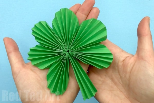Paper Fan Shamrock Decorations - Happy St Patrick's Day! A great easy Paper St Patrick's Day decoration to make with the kids. Turn paper into fabulous Paper Fan Shamrocks. String them up as Paper Shamrock Garlands or hang them individually! addictive to make too! #Shamrocks #papercrafts #papershamrock #stpatricksday