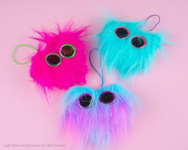 Heart Monster Backpack Charms - Friends' Valentine's Gift Idea. BFF Valentines Gift Kids can make. Monster Valentines Ideas for Kids. Back To School DIY Charms. DIY Backpack charms. Monster backpack charms #backpacks #charms #valentines #sewingwithkids #monsters