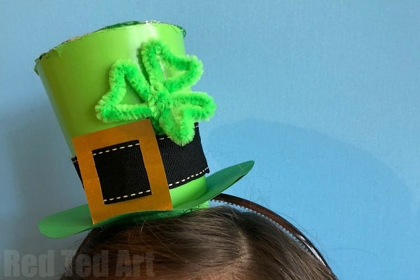 Fun for St Patrick's Day. If you are making a DIY Leprechaun Costume, you MUST make this St Patrick's Day Hat DIY. These mini top hats are super easy and fun to make! #leprechaun #stpatricksday #tophat #howtomakeahat