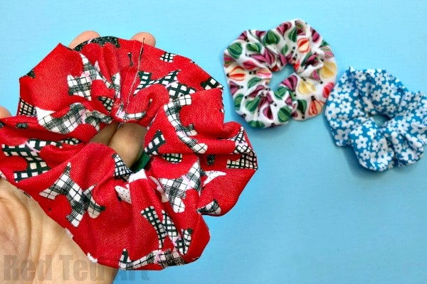 How to make a no sew scrunchie. DIY Scrunchie tutorial. Step by step no sew scrunchies. How to make a scrunchie without sewing and with no glue. #scrunchies #scrunchie #hair #accessories #hairstyles #nosew