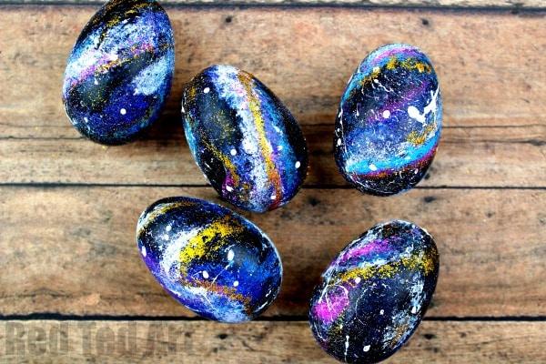 Galaxy Eggs - Fun DIY Galaxy Easter Eggs - Learn this great Galaxy DIY Egg Decorating project. Galaxy art. How to paint galaxy eggs. #Easter #Galaxy #Eggs