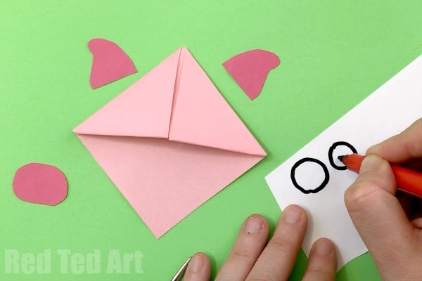 Pig Corner Bookmark - quick and easy Paper Pig Craft for Piggy lovers. Make these easy Paper Pig Bookmark Corners!! A great activity for Year of the Pig too! #Pig #paperpig #cornerbookmarks #bookmarks #yearofthepig