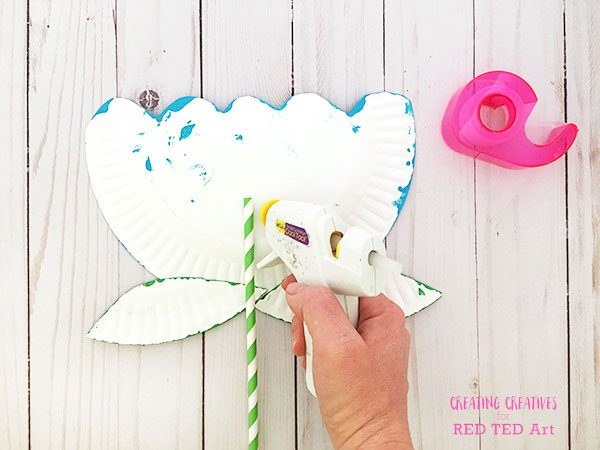 Paper Plate Flower Craft for Preschool. How to make a Paper Plate Flower quick and easy. Preschool Flower Crafts #preschool #paperplates #flowers #mothersday #Flowercraft