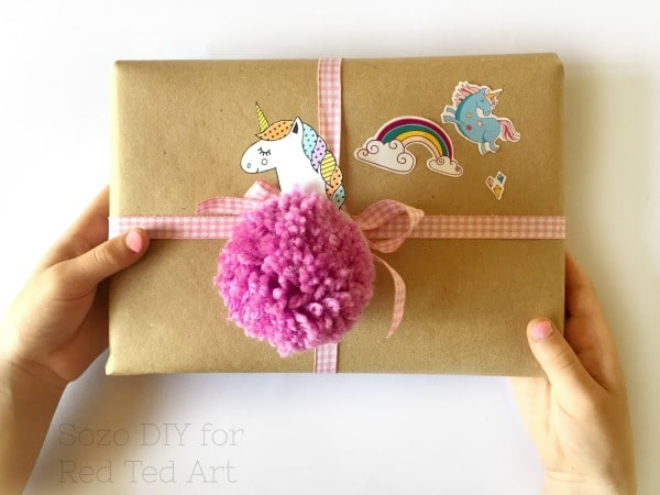 Unicorn Pom Pom. Unicorn pom pom keychain. Unicorn Pom Pom gift decoration. How to make a pom pom unicorn. Great back to school unicorn charm diy #unicorn #pompoms #backtoschool #zipperpull #charm