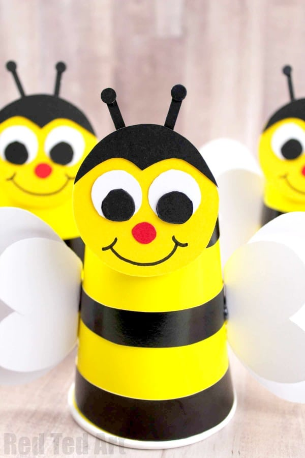 Easy Bee Cup Craft for preschool. How to make a Paper Cup Bumble Bee. Includes free Bee Template #summer #preschool #bee #papercup