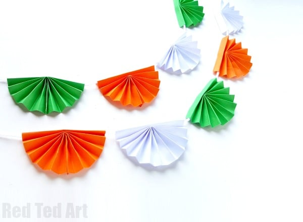 Paper Fan Bunting for Indian Independence Day. How to make paper fan bunting. How to make a paper accordion wall decorations. #paper #india #indepenceday #decorations #bunting #paperfans