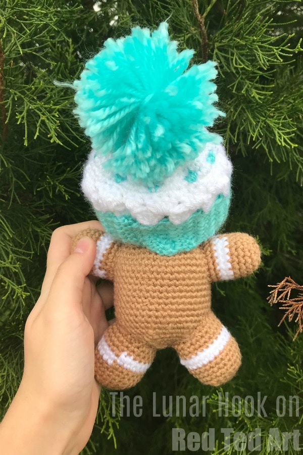 Free Gingerbread Man Crochet Pattern for Christmas. How to crochet a Gingerbread Man Toy for Christmas #christmas #crochet #pattern