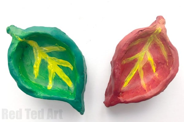Easy Leaf Pinch Pots for Preschoolers and Kids. A great clay project for young kids for Fall or Thanksgiving #clay #preschool #thanksgiving #fall #autumn