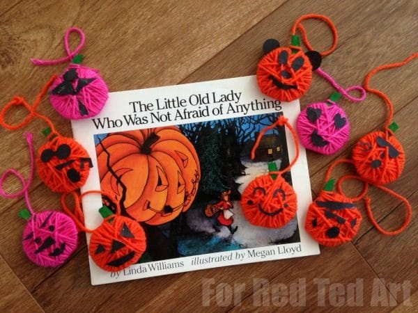 Reversible Yarn Wrapped Pumpkin Garland - perfect for BOTH Halloween and Thanksgiving (and Harvest Festivals too!!). Love this adorable Yarn Wrapped Pumpking for preschoolers and older kids #ece #halloween #pumpkin #yarn #jackolantern #thanksgiving