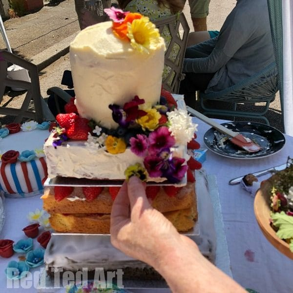 How to make a tiered wedding cake for beginners. Easy Wedding Cake Ideas. Collaborative wedding cake with edible flowers