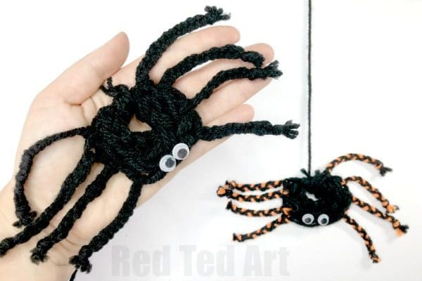 How to Finger Knit a Spider! Adorable Yarn Spider Decorations for Halloween. Learn how to finger knit and make a spider! #yarn #halloween #spider #fingerknitting