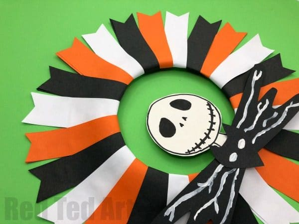 Easy Nightmare Before Christmas Wreath - how to make a paper halloween wreath Jack Skellington style. Easy Jack Skellington Craft for Halloween #halloween #nightmarebeforechristmas #wreath #paper