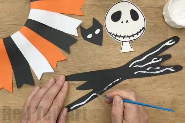 Easy Nightmare Before Christmas Wreath - how to make a paper halloween wreath Jack Skellington style. Easy Jack Skellington Craft for Halloween #halloween #nightmarebeforechristmas #wreath #paper