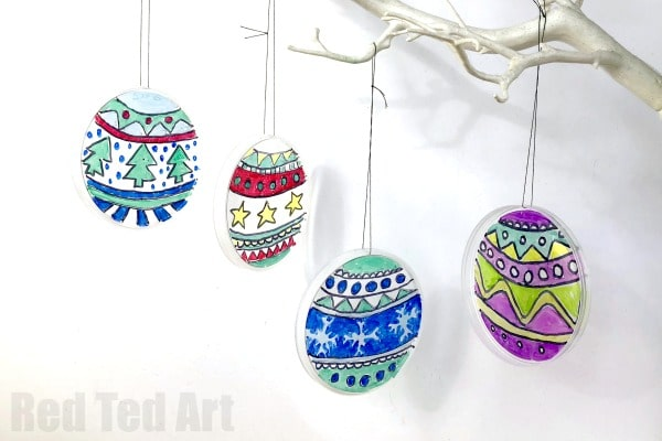DIY Stained Glass Effect Plastic Lid Christmas Ornaments - from empty pringle lid.. to handmade pringle Christmas Ornaments. #christmas #decorations #stainedglass