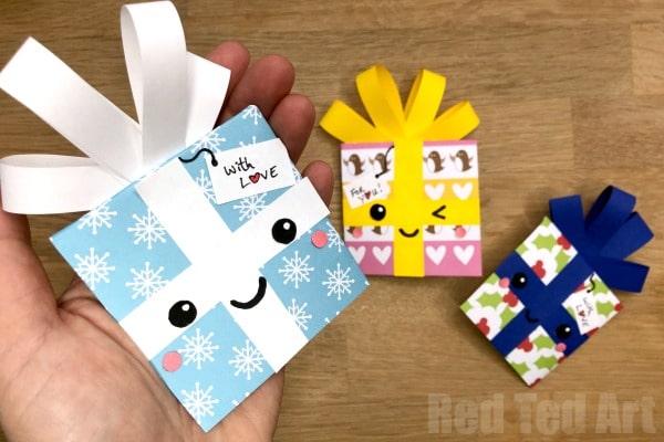 Christmas Gift Bookmark Corner Design. Make these Christmas Bookmark Corners from Gift Wrap for either Christmas Gifts or Birthday Gifts. So cute! #kawaii #gift #bookmark #cornerbookmark