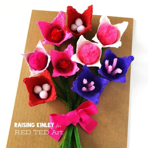 Simple Egg Carton Flower Bouquet for Preschool. Make these step by step Egg Carton Flowers for Valentine's Day or Mother's Day. So cute. So simple! #valentines #mothersday #preschool #eggcartons #flowers