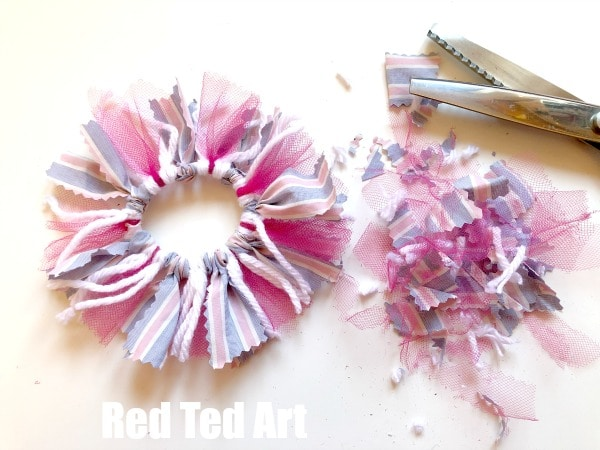 How to make a no sew scrunchie. DIY Scrunchie tutorial. Step by step no sew scrunchies. How to make a scrunchie without sewing and with no glue. #scrunchie #scrunchies #nosew #howto #tutorials #howtomakeascrunchie